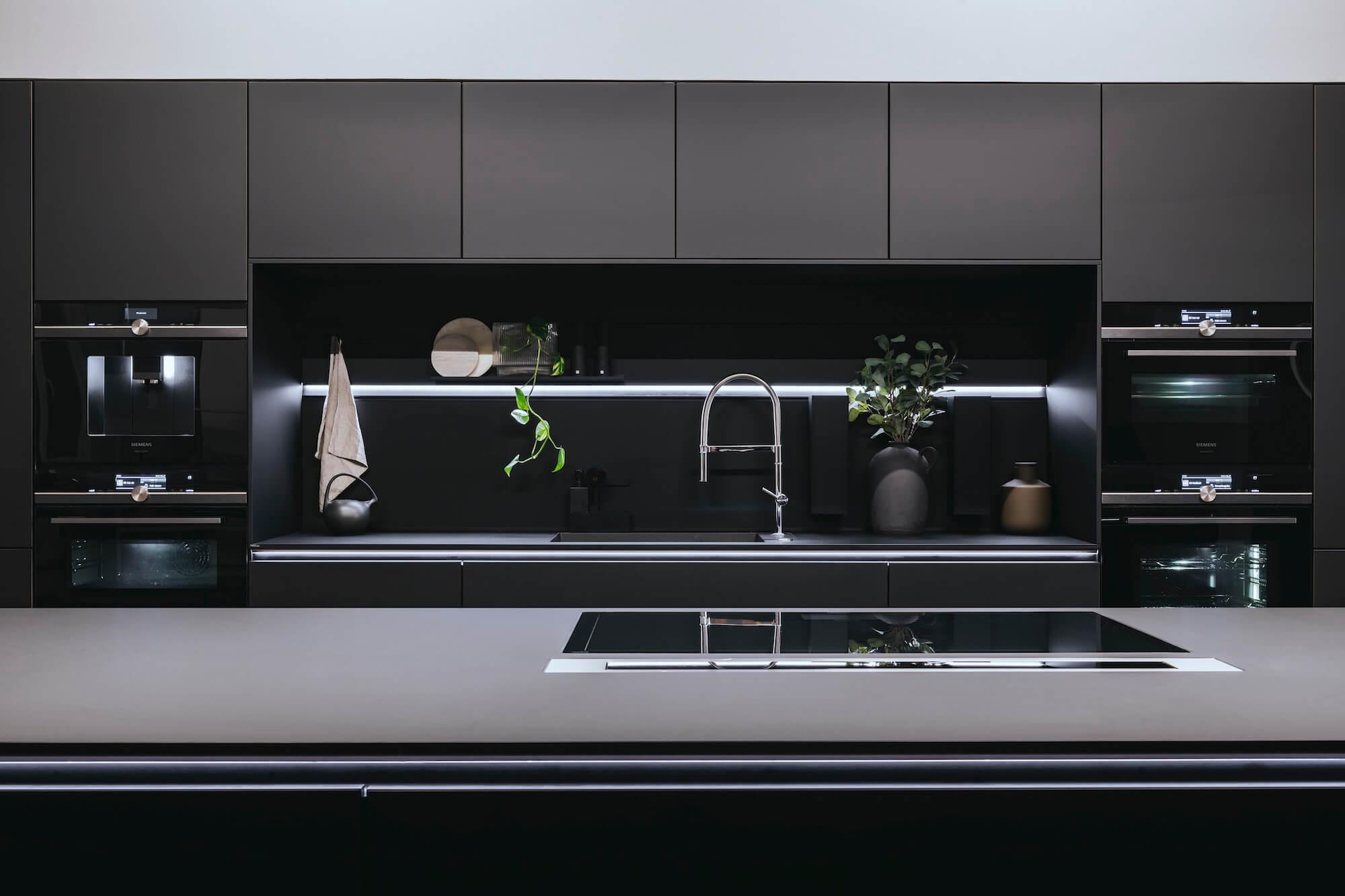 Open Space Büro Startup Kitchen Stories Architekturbüro TKEZ BSH Küche schwarz Ansicht