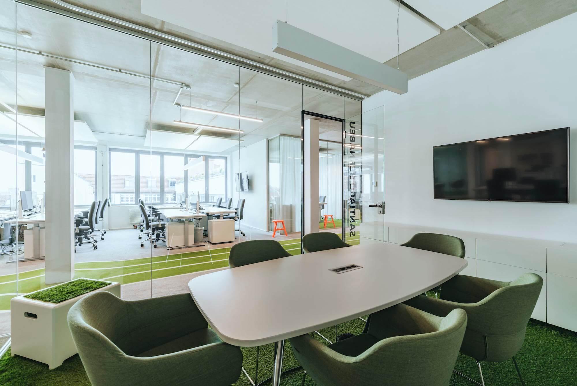 Onefootball Startup Büro TKEZ Architekten verglaste Büros Meetingraum