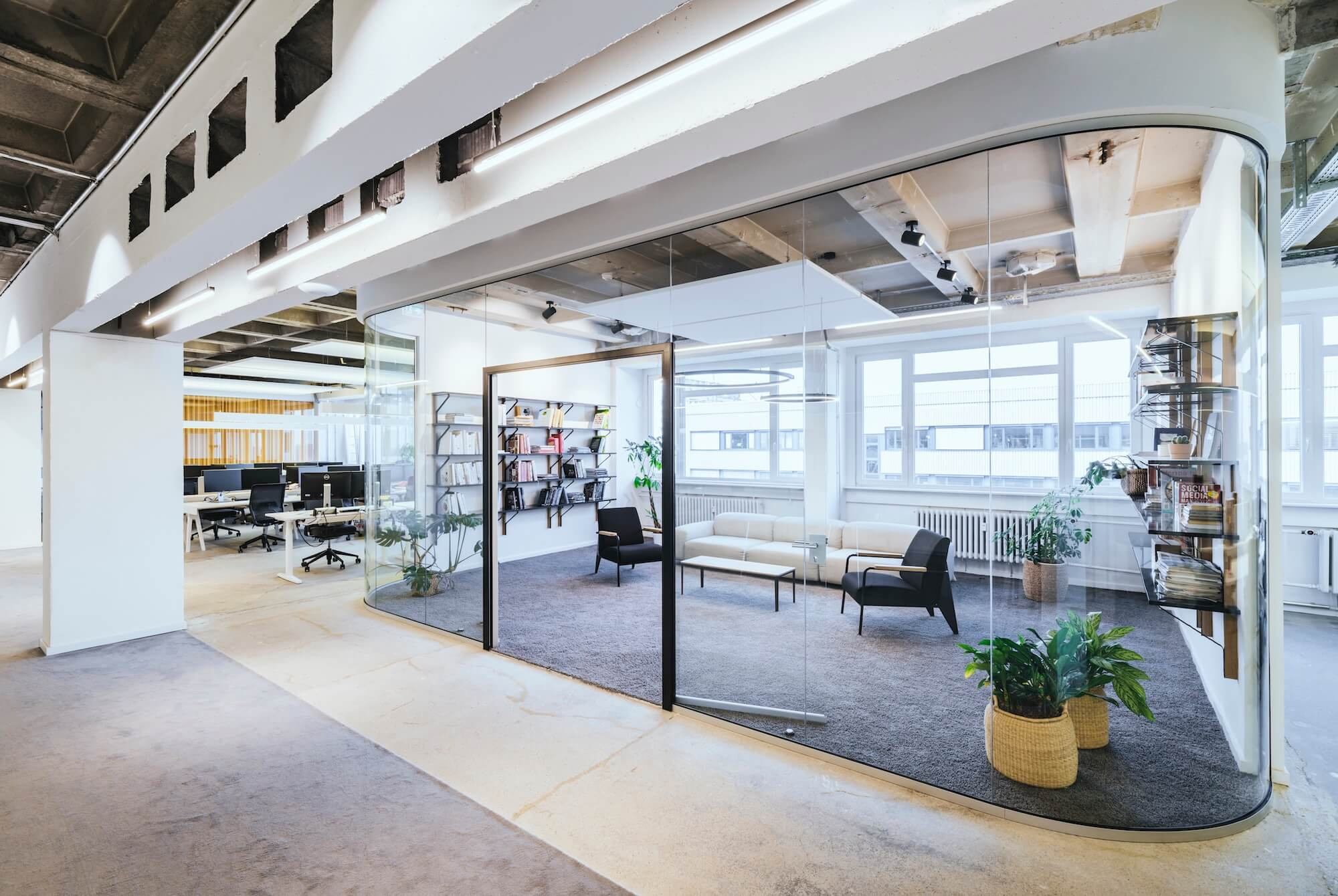 Open Space Büro Startup Kitchen Stories Architekturbüro TKEZ Bene Glastrennwand Biblitohek